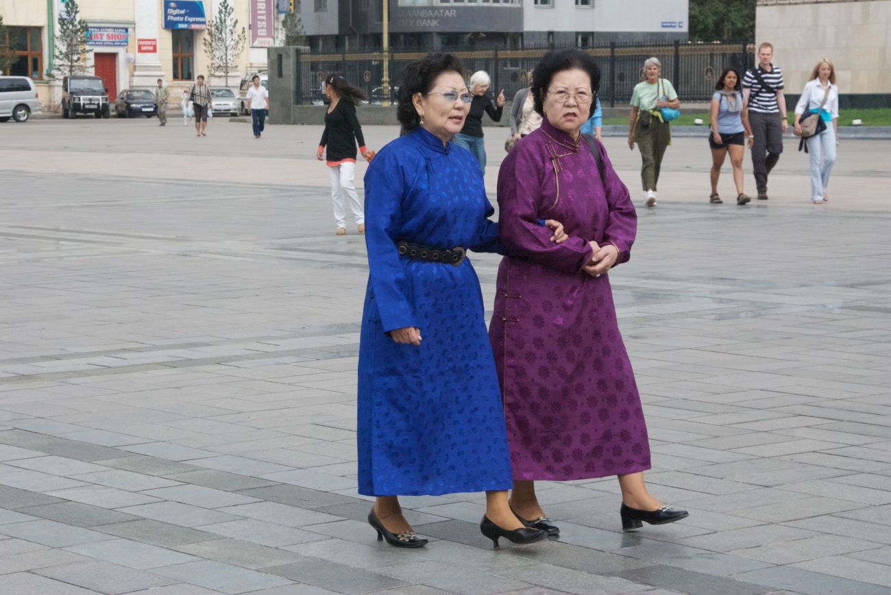Two ladies wearing del at Suhkbaatar Square