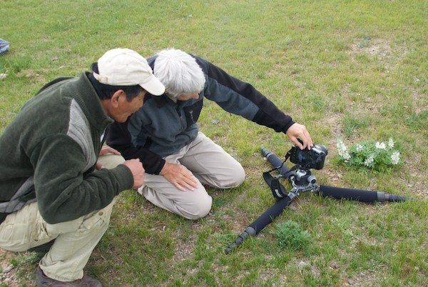Sharon shows Magvandorj how she photographs flowers close-up
